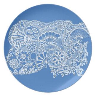 青い背景の白く複雑なzendoodle プレート