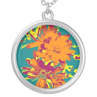 青い背景の花 シルバープレートネックレス