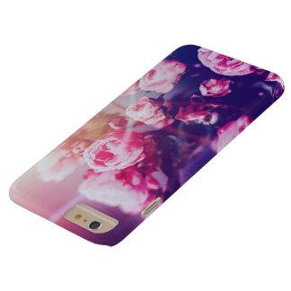 青い背景のiPhone6ケースのピンクのバラ Barely There iPhone 6 Plus ケース