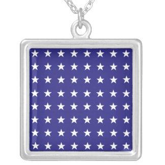 青い背景パターンの白い星を繰り返すこと シルバープレートネックレス
