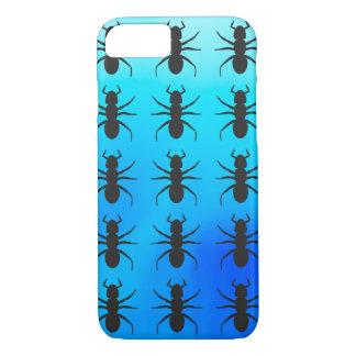 青い背景上の黒い蟻のシルエットパターン iPhone 8/7ケース