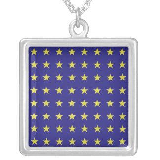 青い背景EUの金ゴールドの星はパターンを着色します シルバープレートネックレス