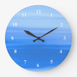 青い色の柔らかい色合いが付いている淡いブルーの水 ラージ壁時計