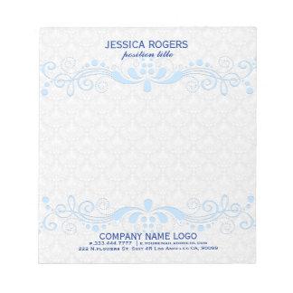 青い花の渦巻のレースが付いている白いダマスク織 ノートパッド