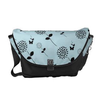 青い花の蝶グラフィックアートのメッセンジャーバッグ メッセンジャーバッグ