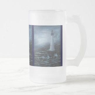 青い薄暗がりの灯台によって曇らされるマグ フロストグラスビールジョッキ