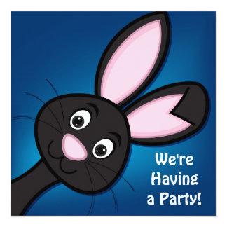 青い誕生日の招待状のかわいく黒いウサギ カード