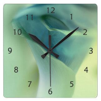 青い調子のロマンチックな花 スクエア壁時計