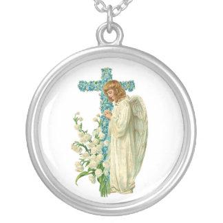 青い開花したキリスト教の十字 シルバープレートネックレス