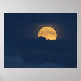 青い雲および満月の上昇ポスター ポスター