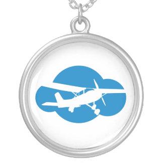 青い雲及び航空飛行機 シルバープレートネックレス