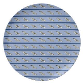 青い高空飛行の除去されたカモメのプレート プレート