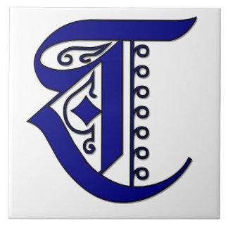 青いColchesterのモノグラムのタイルの手紙T タイル
