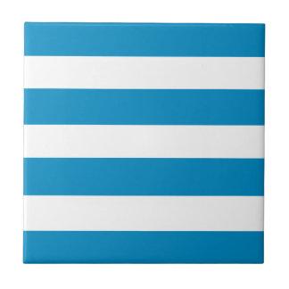 青いDeckchairは縞で飾ります タイル