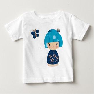 青いKokeshiの三重項のベビーのティー ベビーTシャツ