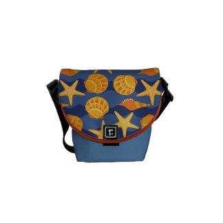 青およびオレンジ貝殻パターン メッセンジャーバッグ