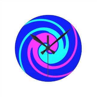 青およびピンクは渦巻きました ラウンド壁時計