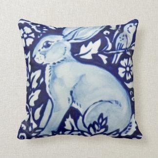 青および白いウサギのアクセントの枕装飾のコバルト クッション