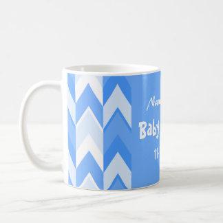 青および白いパターン青いシェブロンのベビーシャワー コーヒーマグカップ
