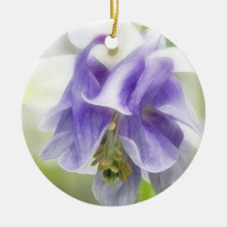 青および白いフリルが付いたオダマキ(植物) セラミックオーナメント