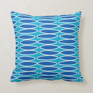 青および白い楕円形パターン枕の陰 クッション