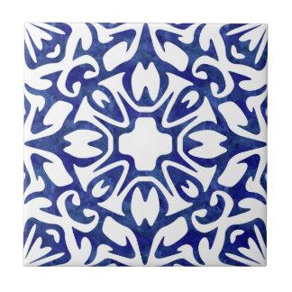 青および白い水彩画のスペイン人パターン タイル