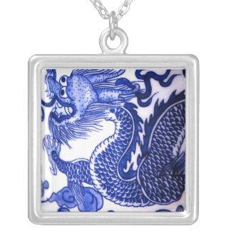 """""""青および白い磁器のドラゴン"""" シルバープレートネックレス"""