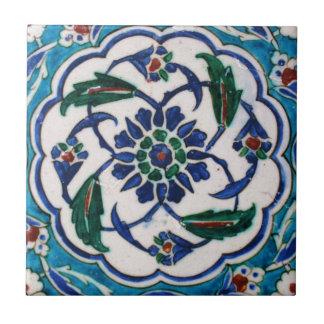 青および白い花のオットマン時代のタイルのデザイン タイル