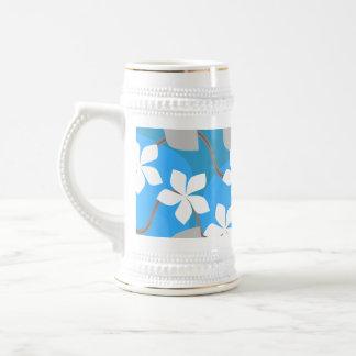 青および白い花。 花パターン ビールジョッキ