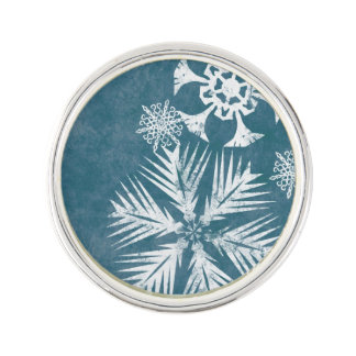 青および白い雪片のクリスマス ラペルピン