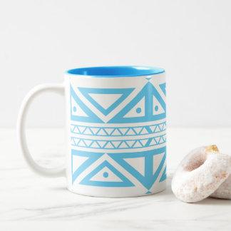 青および白人の幾何学的なアズテック人の刺激を受けたなマグ ツートーンマグカップ