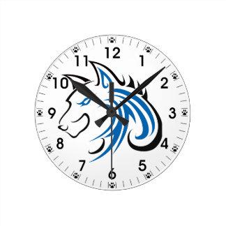 青および黒い耳のオオカミの頭部の輪郭 ラウンド壁時計