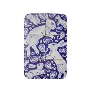 青く白いウサギのペイズリーのタイルのデザインのバス・マット バスマット