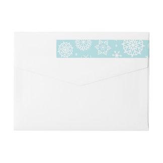 青く白い冬の雪片のクリスマスのラベル ラップアラウンド返信用宛名ラベル