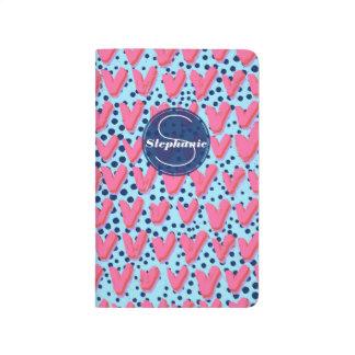 青く、ピンクの点およびモノグラムのなハートパターン ポケットジャーナル