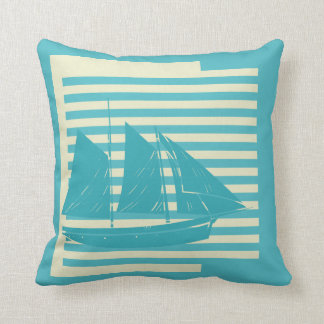 青く、帆船が付いている白のストライプを離れて海 クッション