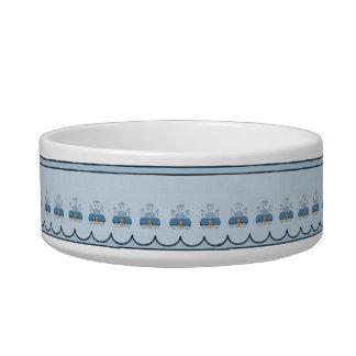 青によって曇らされるカップケーキを持つかわいいモンスター ボウル