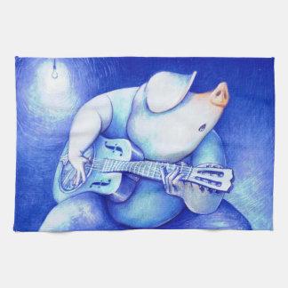 青のギターのふきんを遊んでいるブタ キッチンタオル