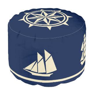 青のヨットのシルエットのコンパス面図の日焼け プーフ
