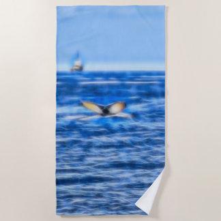 青の地平線のフラクタルのクジラの尾そして船 ビーチタオル