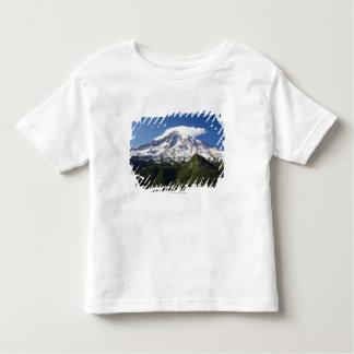 青の空及び森林が付いている雪によっておおわれる山 トドラーTシャツ
