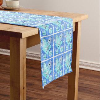 青の貝殻の色合いのコラージュ ショートテーブルランナー