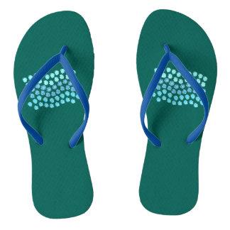 青は大人の細い革紐のビーチサンダルを振ります ビーチサンダル