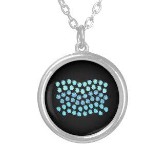 青は小さい円形のネックレスを振ります シルバープレートネックレス