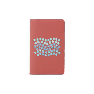 青は小型ノートを振ります ポケットMoleskineノートブック
