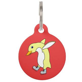 青を持つクリスマスの黄色いペンギンはアイススケートします ペット ネームタグ
