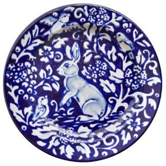 青及び白いウサギの花のかわいらしい磁器皿 磁器プレート