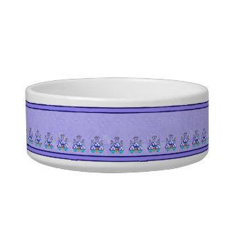 青及び紫色の水玉模様のカップケーキを持つかわいいモンスター ボウル
