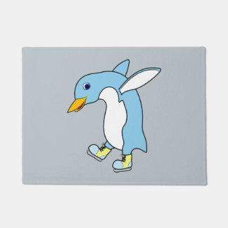 青及び黄色の淡いブルーのペンギンはアイススケートします ドアマット