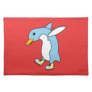 青及び黄色の淡いブルーのペンギンはアイススケートします ランチョンマット